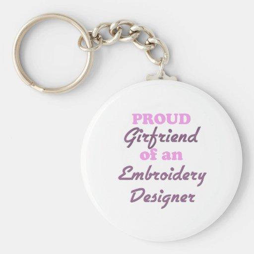 Amie fière d'un concepteur de broderie porte-clef