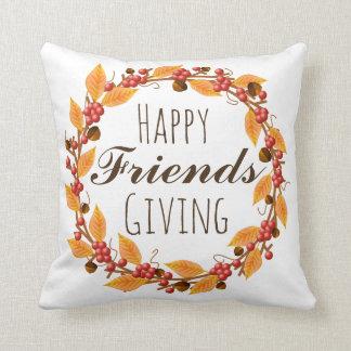 Amis heureux donnant le feuille et les baies oreillers