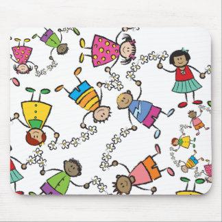 Amis heureux mignons d'enfants de bande dessinée tapis de souris