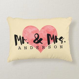 Amour décoré d'un monogramme de mariage de crème coussins décoratifs