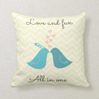 Amour et amusement tous dans un coussin décoratif