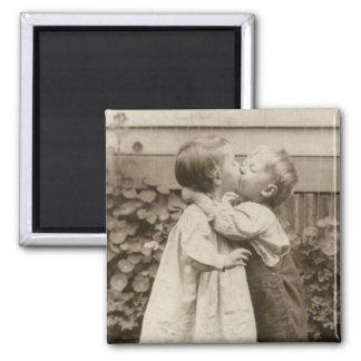 Amour vintage Romance enfants embrassant premier Magnets Pour Réfrigérateur