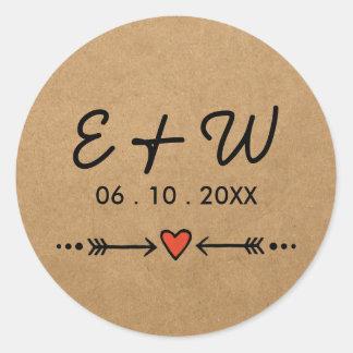 Amoureux roses et initiales rustiques de mariage sticker rond