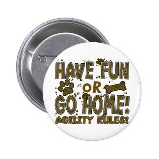 Amusement ou bouton à la maison d'agilité de chien pin's
