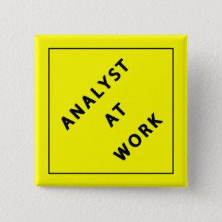 Analyste au travail pin's