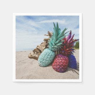 Ananas colorés sur une plage sablonneuse serviette en papier
