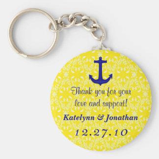 Ancre de bleu marine sur le porte-clés jaune de