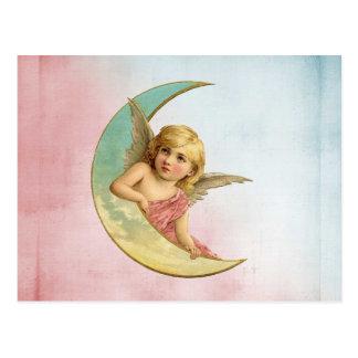 Ange dans une image de cru de croissant de lune carte postale