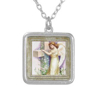 Ange vintage avec la croix chrétienne collier