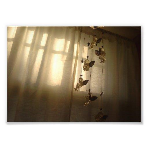 Anges assez petits dans la fenêtre photos d'art