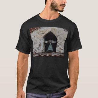 Anges autour d'une église Bell T-shirt