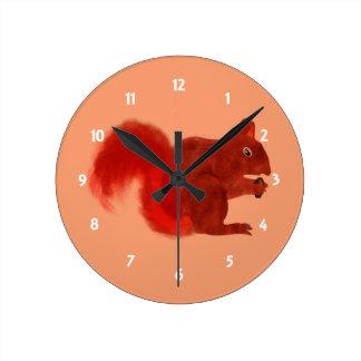 Animal mignon de région boisée d'écureuil rouge horloge ronde