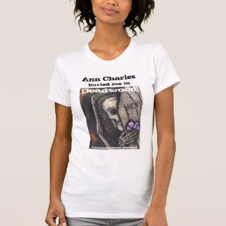 Ann Charles enterré dans le T-shirt de bois mort