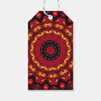 Anneaux d'or sur le mandala rouge étiquettes-cadeau