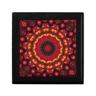 Anneaux d'or sur le mandala rouge petite boîte à bijoux carrée