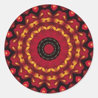 Anneaux d'or sur le mandala rouge sticker rond