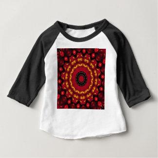 Anneaux d'or sur le mandala rouge t-shirt pour bébé