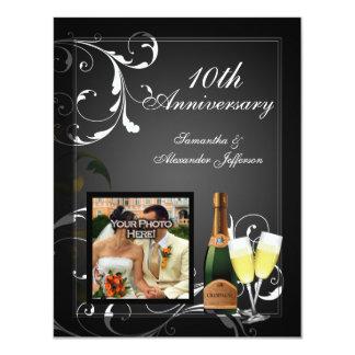 Anniversaire argenté noir et blanc de photo de carton d'invitation 10,79 cm x 13,97 cm