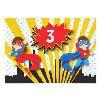 Anniversaire de super héros de jumeaux carton d'invitation  12,7 cm x 17,78 cm