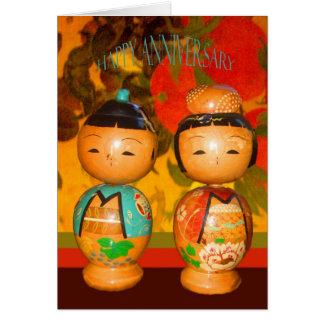 Anniversaire heureux, deux poupées japonaises cartes