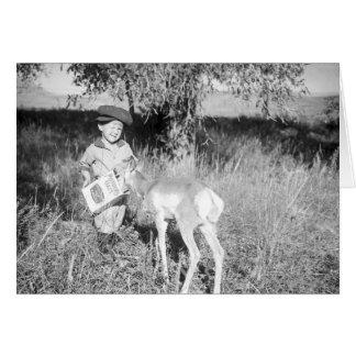 Antilope de alimentation de garçon à la main carte de vœux