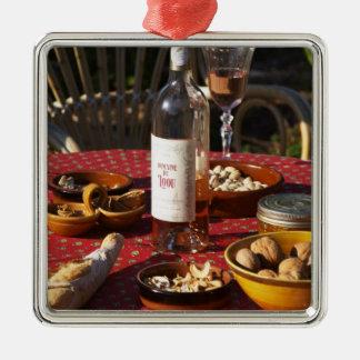 Apéritif et apéritifs préparés : pain, olives, ornement carré argenté