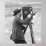 Appareil-photo antique Man, 1918 Posters