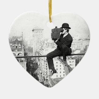 appareil-photo antique sur une photo vintage ornement cœur en céramique
