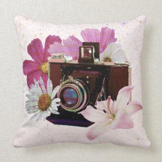 Appareil-photo vintage avec des fleurs coussins carrés