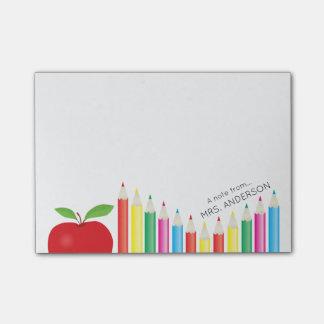 Apple rouge et professeur coloré de crayons
