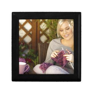 Apprécier le thé et tricotage petite boîte à bijoux carrée