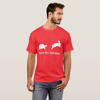 Appréciez le moment. Édition rouge T-shirt