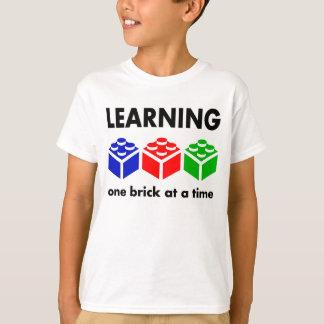 Apprenant… une brique à la fois t-shirt