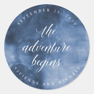 Aquarelle bleue | que l'aventure commence à sticker rond