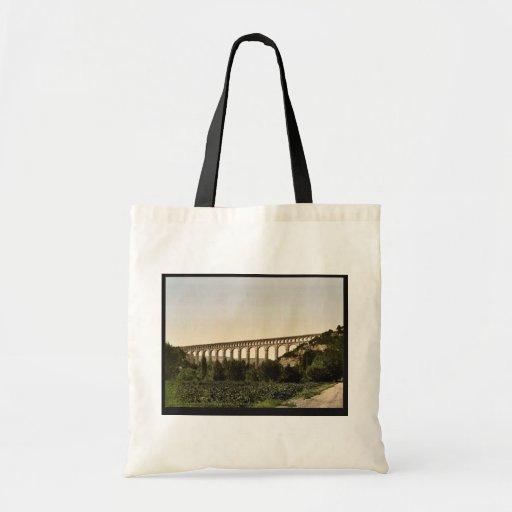 Aqueduc de Roquefavour, canal de Marseille, orange Sacs