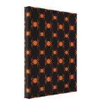 Araignées oranges éffrayantes toiles tendues sur châssis