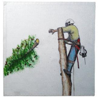 Arboriste de chirurgien d'arbre au présent de serviettes