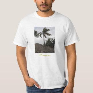 Arbre de noix de coco passant par le toit d'une t-shirts