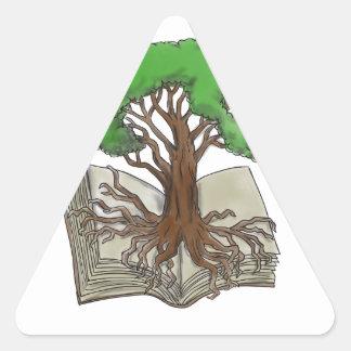 Arbre enraciné sur le tatouage de livre sticker triangulaire