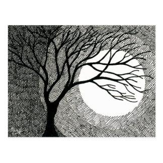 Arbre et lune d'hiver en noir et blanc carte postale