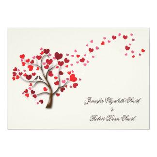 Arbre rouge de coeur sur le mariage en ivoire carton d'invitation  12,7 cm x 17,78 cm