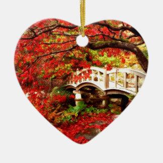 Arbres d'érable d'automne par un pont en ornement cœur en céramique