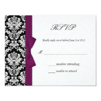 Arc de prune de damassé épousant la carte de RSVP Invitation