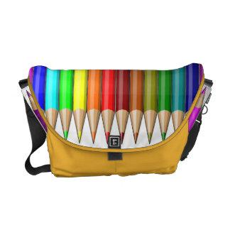 Arc-en-ciel coloré de crayons des approvisionnemen sacoches