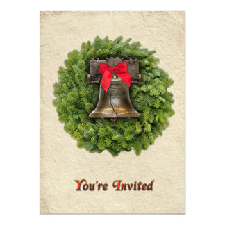 Arc rouge de guirlande à feuillage persistant de carton d'invitation