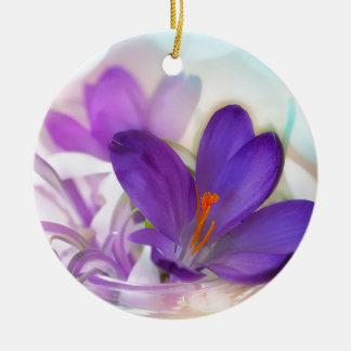 Arrangement floral de crocus et de muguet. ornement rond en céramique