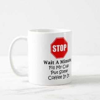 Arrêtez et attendez une minute, remplissez ma mug