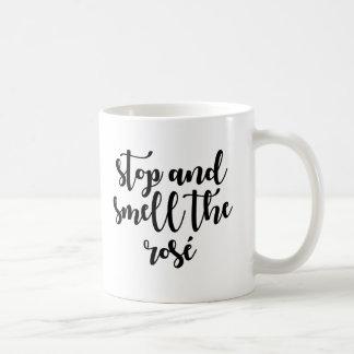 Arrêtez et sentez la tasse de café de rosé