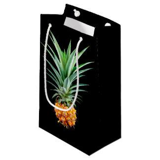 arrière - plan noir minimaliste élégant de petit sac cadeau