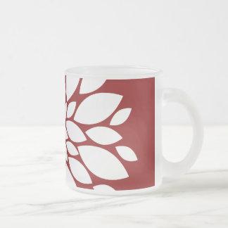 Art de pétale de fleur assez blanche sur le rouge tasse